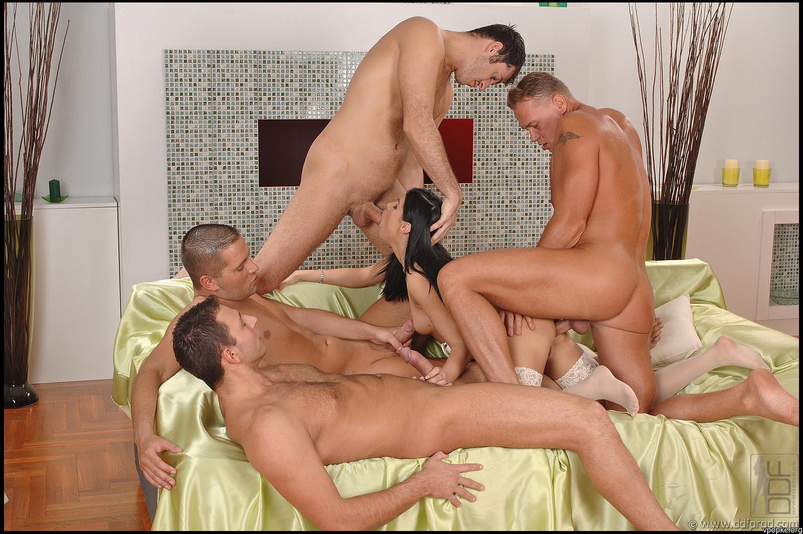 Порно групповое брюнетка