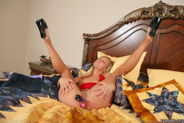 Девка сует 2 самотыка в пизду и в анал Эротика и порно фото, порнухаСучка с